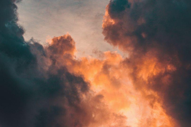 Chama de fogo no céu.