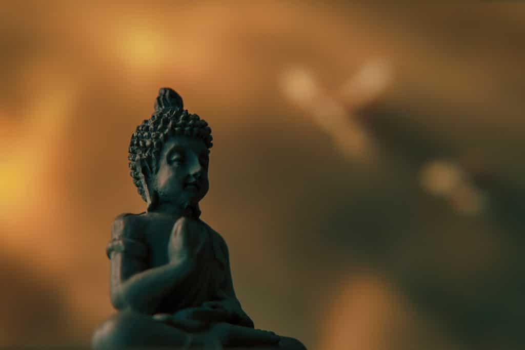 Imagem de Buda pequena em foco com fundo embaçado