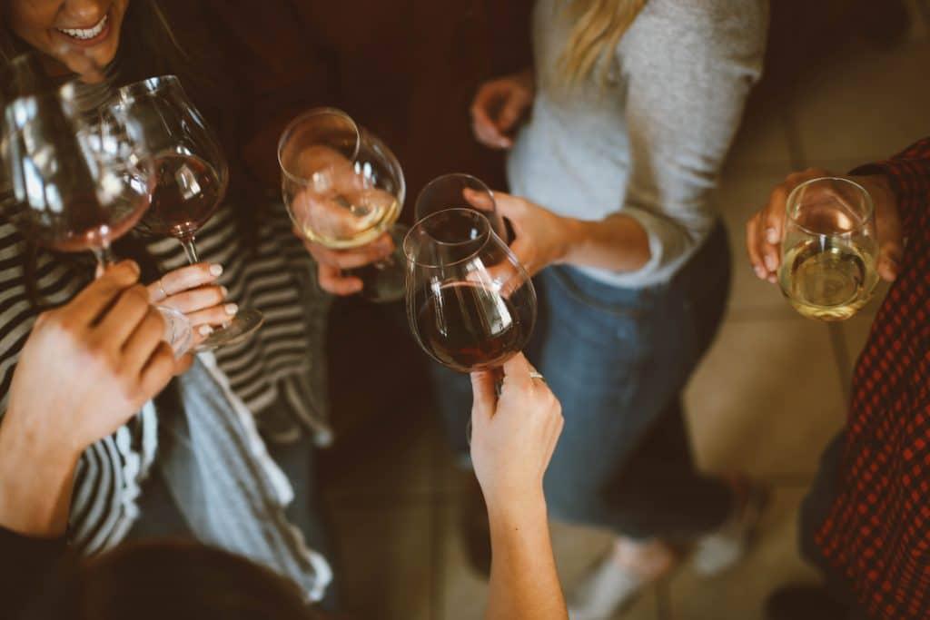 Mulheres bridando com taças de vinho