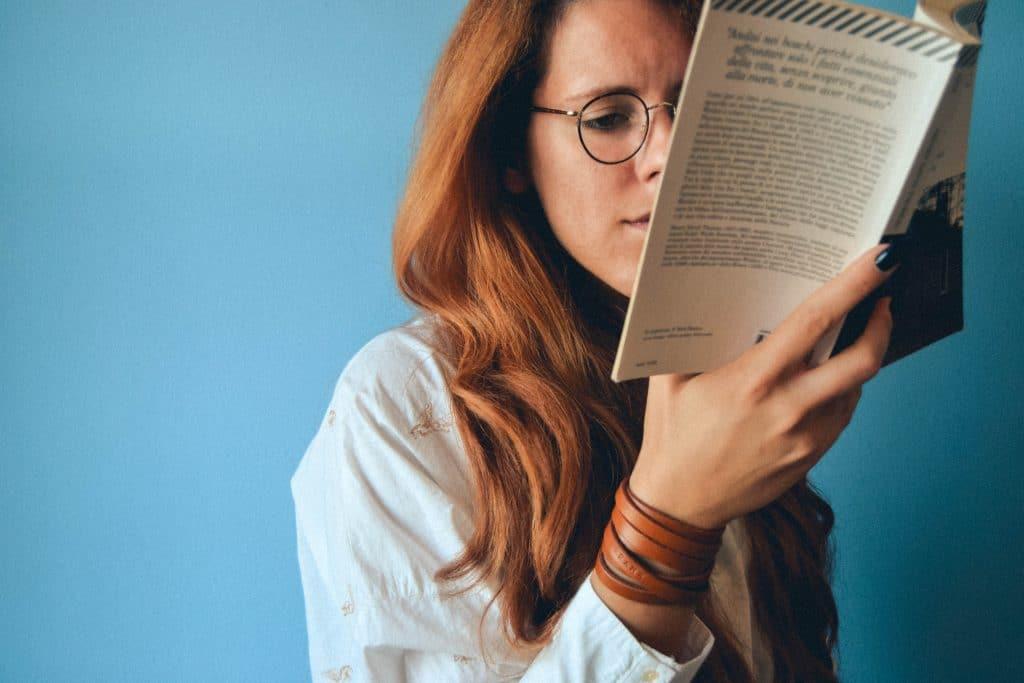 Mulher lendo livro.