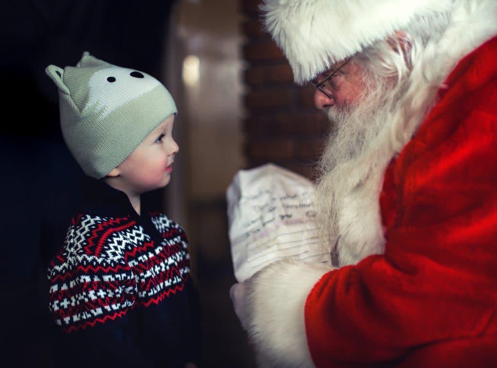 Papai Noel e um garotinho.
