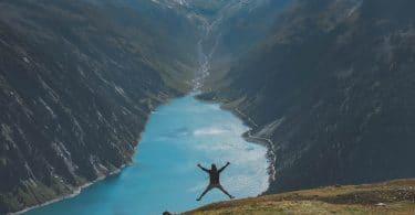 Homem pulando.