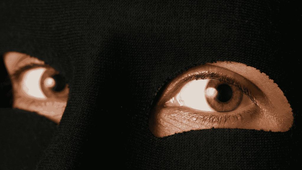 Imagem de par de olhos atrás de uma máscara preta
