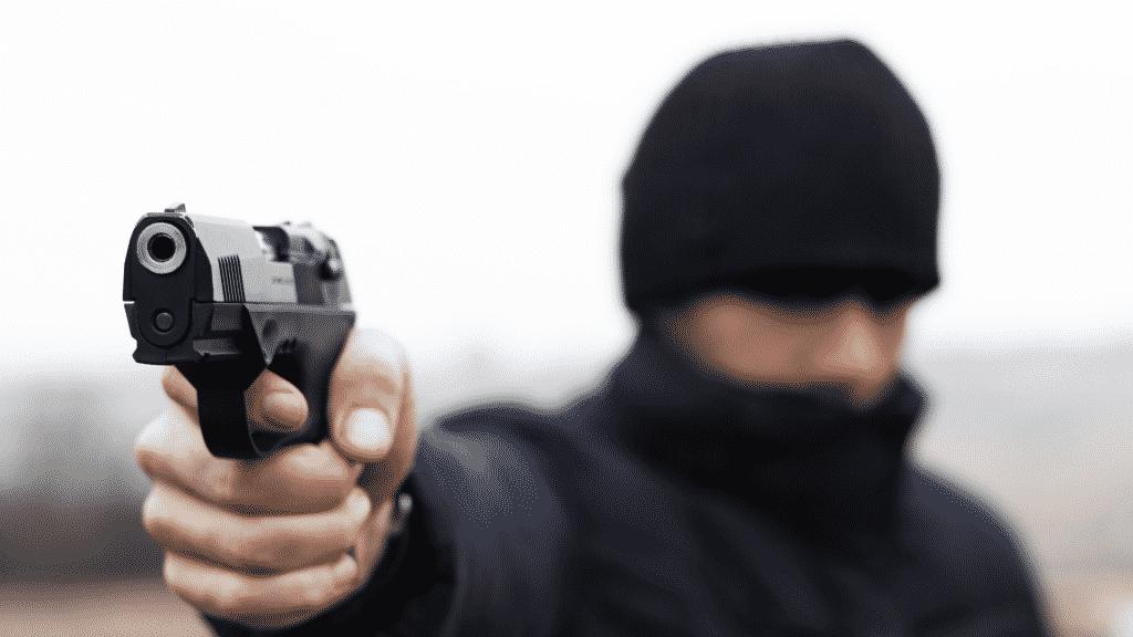 Ladrão apontando uma arma de fogo