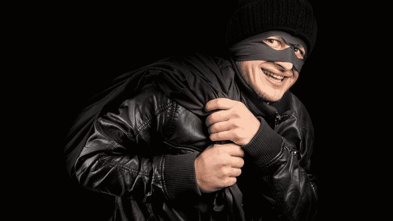 Imagem de ladrão encapuzado e mascarado de preto