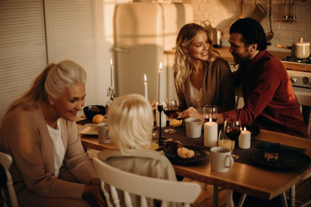 Família celebrando a ceia de Natal ao redor de uma mesa.