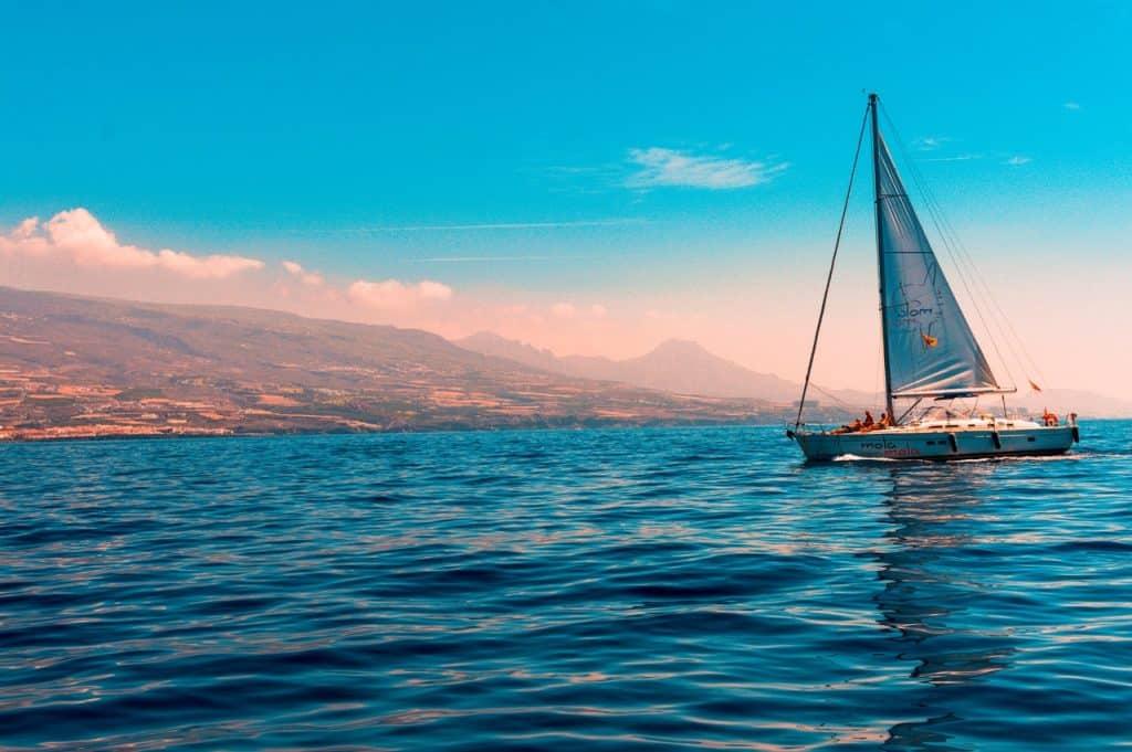 Um barco navegando no mar.