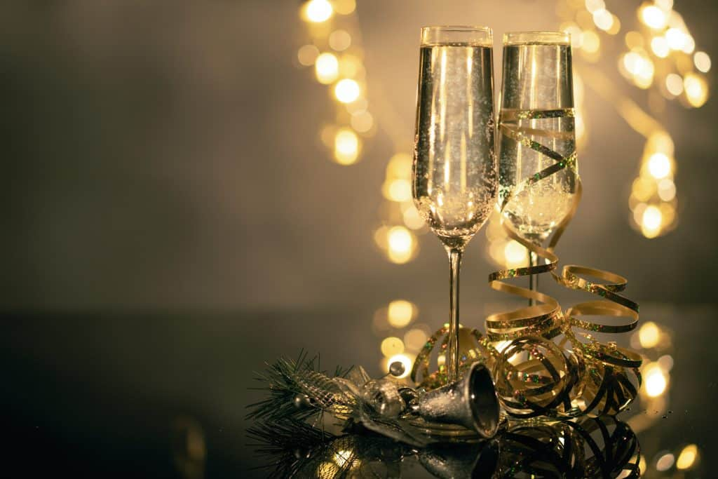 Taças de champanhe na mesa com enfeites de ano novo