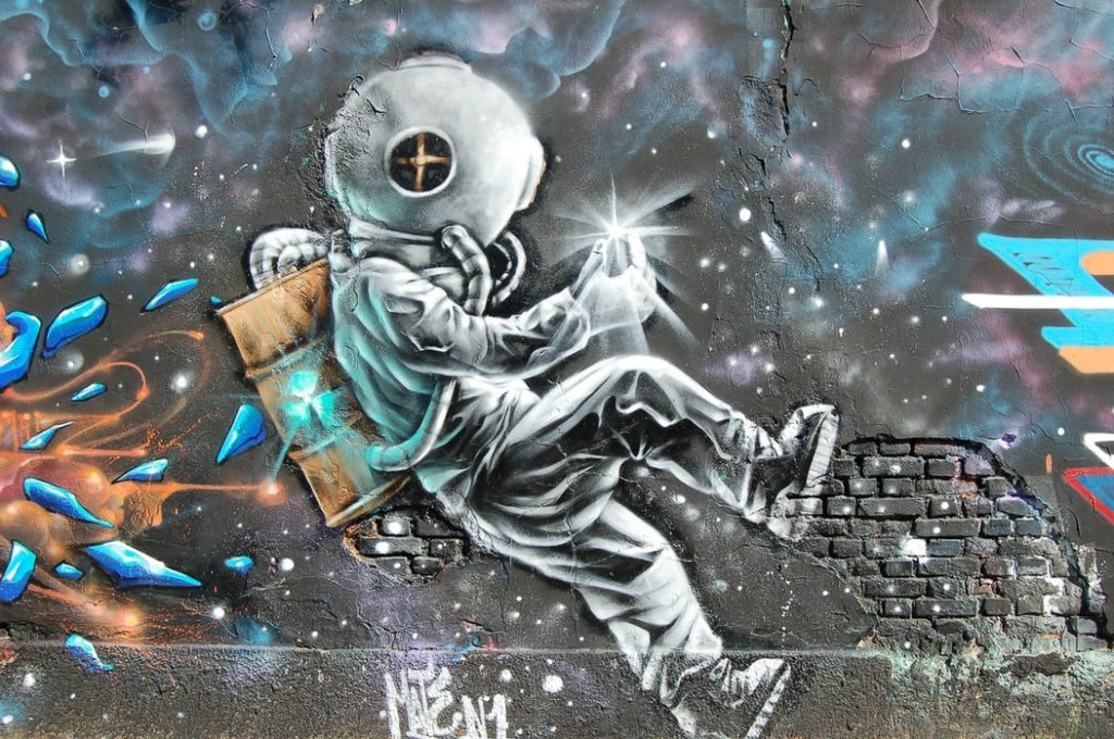 Grafiti de astronauta no espaço.