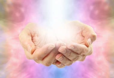 Mãos emitindo luz.