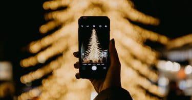 Árvore de natal sendo fotografada.