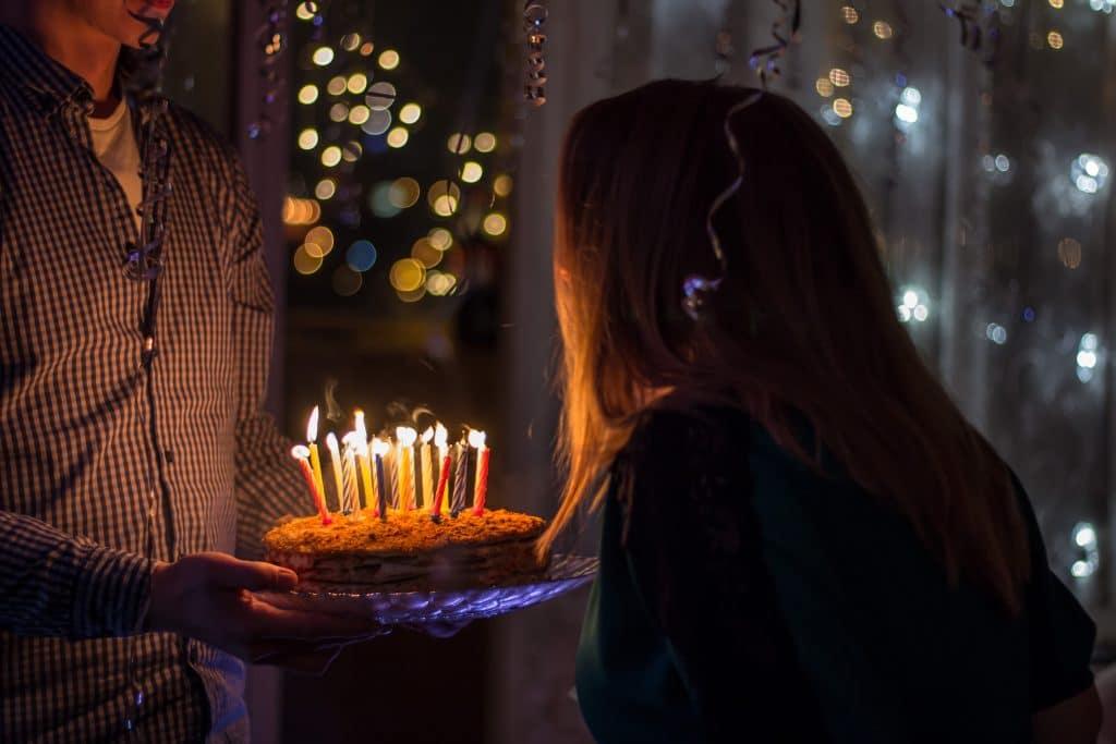 Mulher assoprando velas de aniverário
