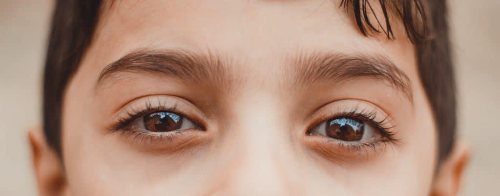Olhos de criança vistos de perto