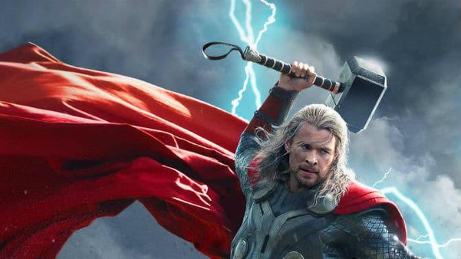 Thor segurando martelo.