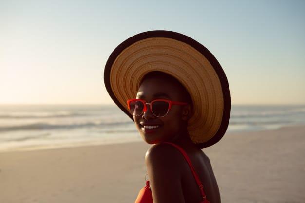 Mulher sorrindo na praia.