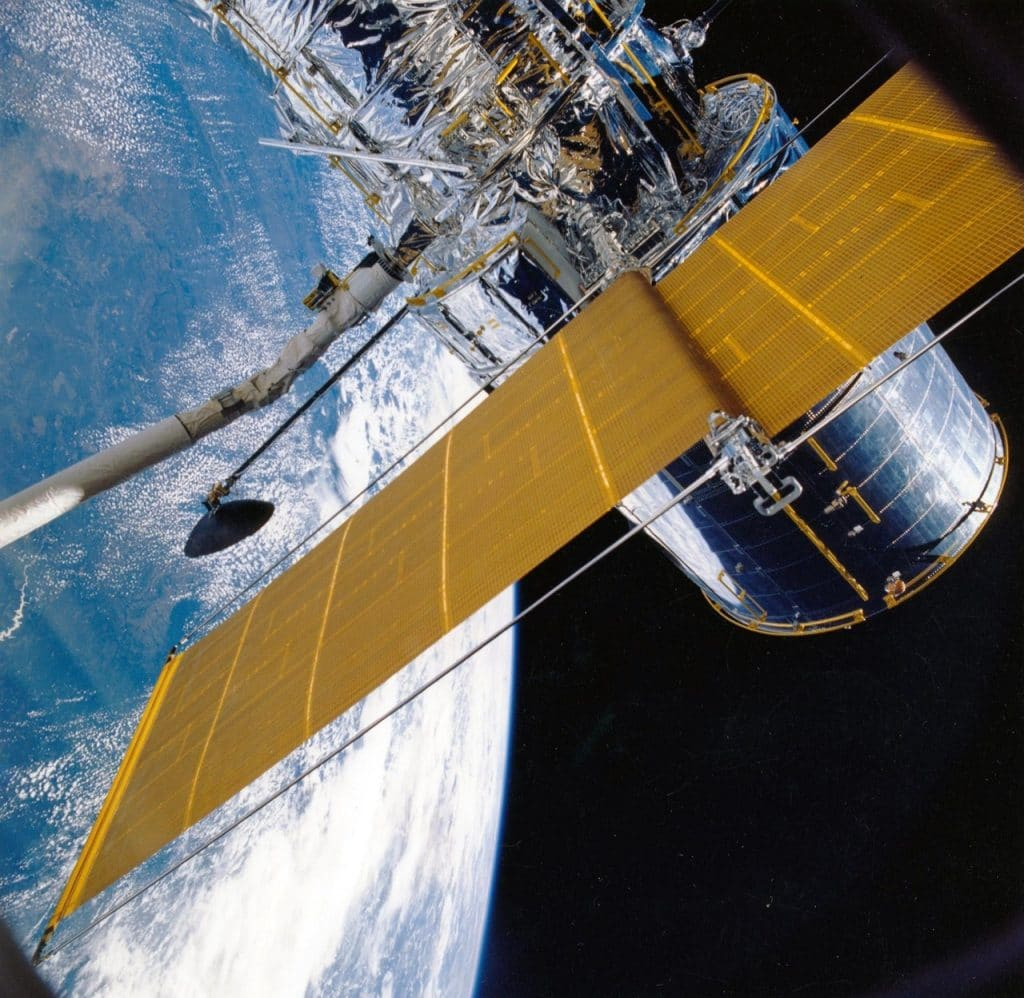 Satélite espacial orbitando o planeta Terra.
