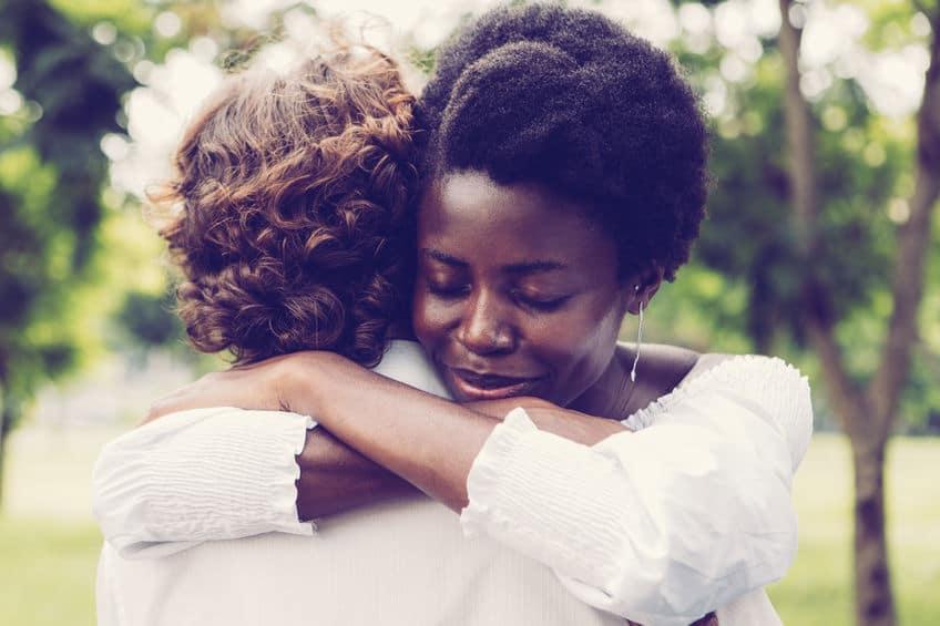 Homem e mulher se abraçando.