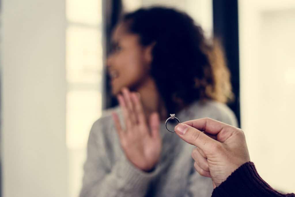 Mulher rejeitando pedido de casamento