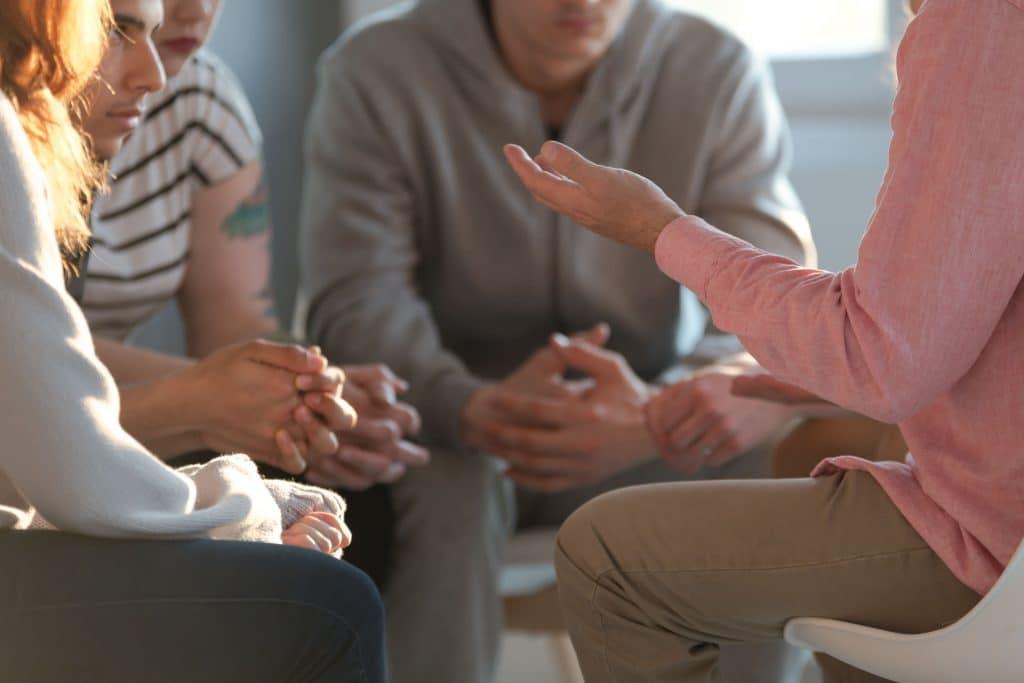 Pessoas reunidas na sala conversando