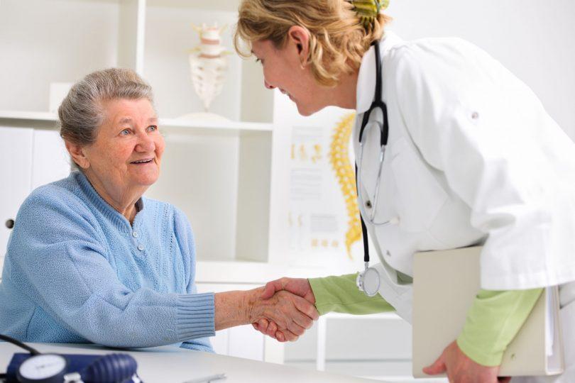 Médica cumprimentando paciente