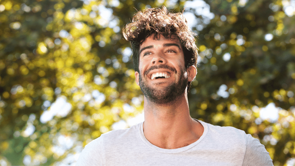 Homem sorrindo num parque