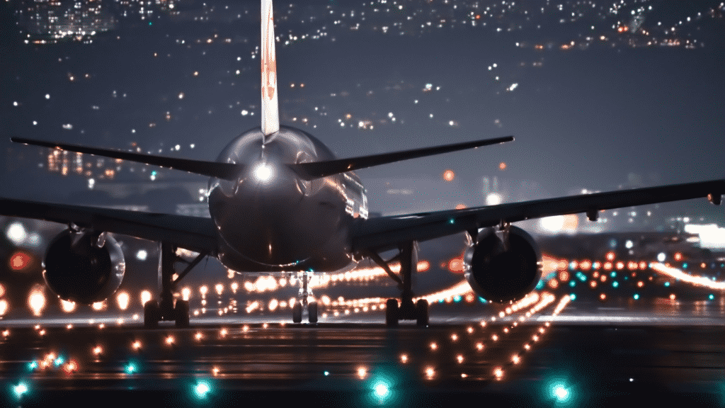 Avião pousando na pista em aeroporto