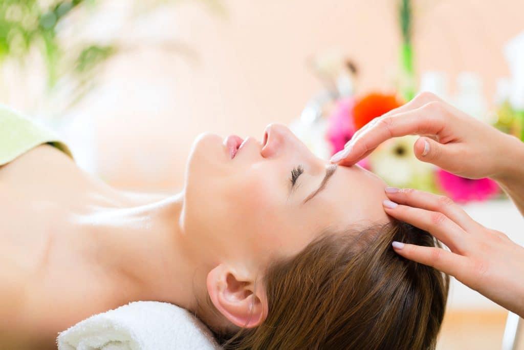 Mulheres recebendo tipo de massagem na cabeça