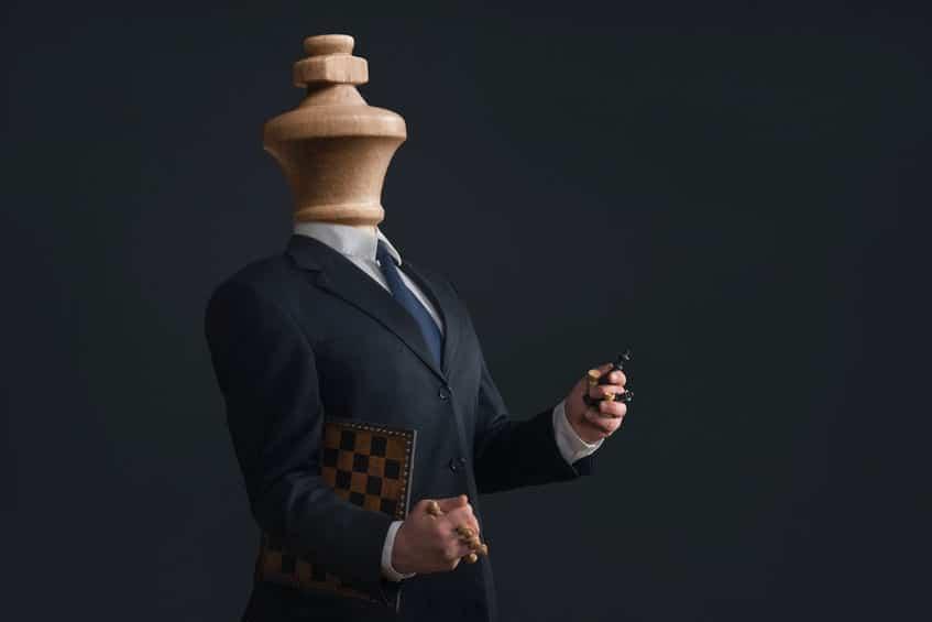 Homem em forma de peça de xadrez.