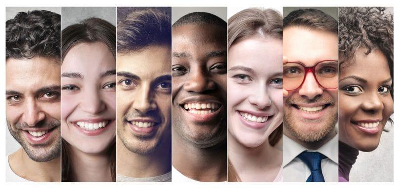 Colagem com pessoas de diversas cores e etnias sorrindo, lado a lado.