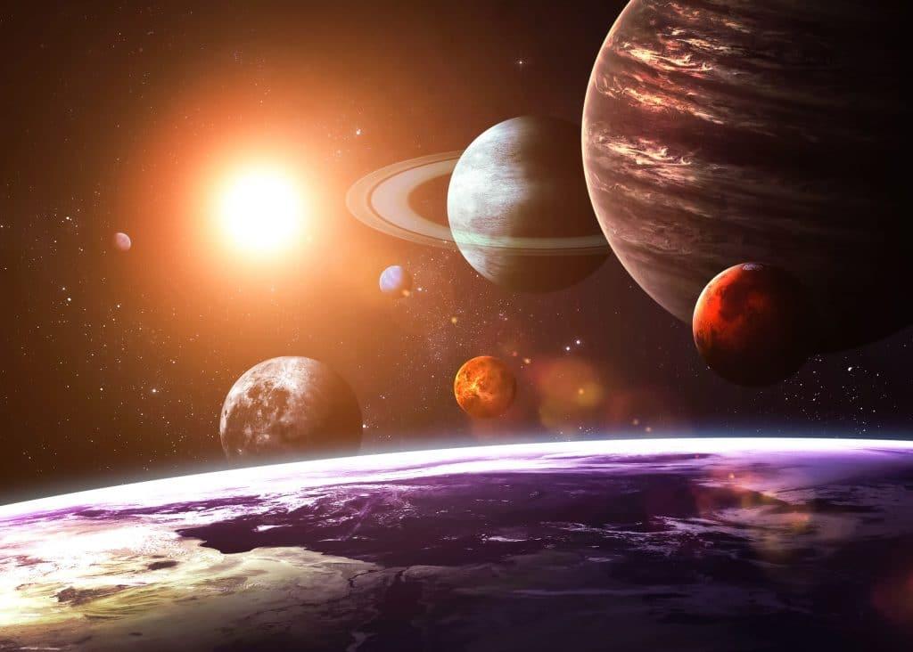 Imagem gráfica do sistema solar, com a Terra ocupando toda a parte de baixo da foto, e espalhados pela imagem estão a Lua, Marte, Júpiter, Saturno, Urano, Netuno, Plutão e o Sol.