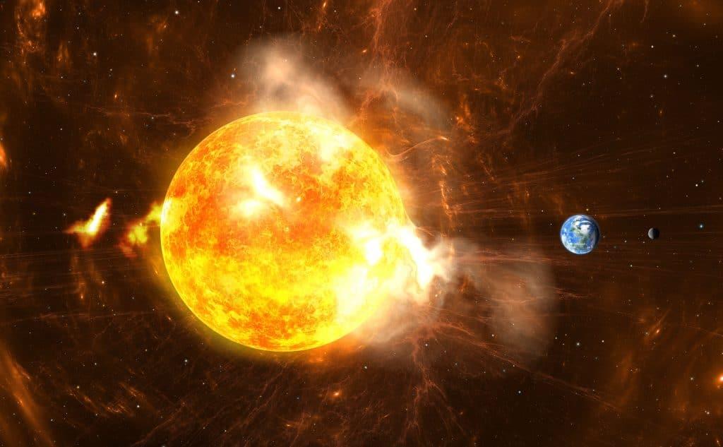 Erupções solares gigantes saindo do Sol, e na lateral direita é possível ver a Terra e outros dois planetas, com um tamanho muito menor do que o sol.