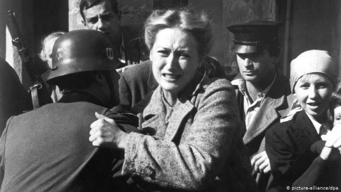 Soldado segurando mulher. Imagem retirada do site Made for Minds, por Picture Alliance.