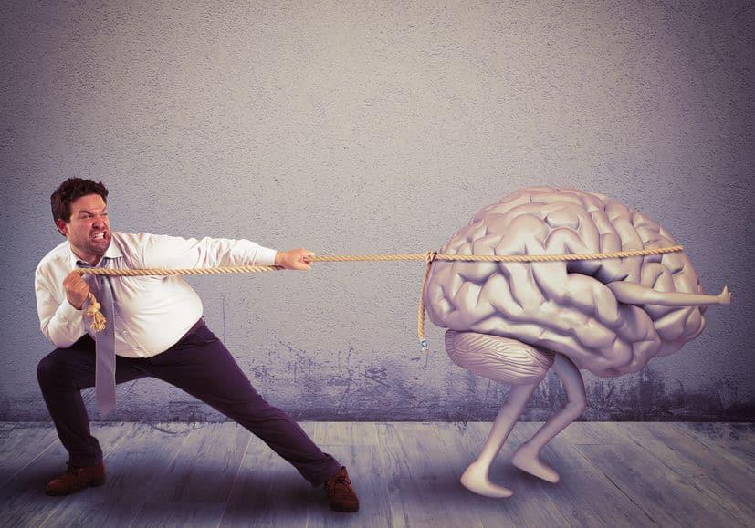 Homem puxando cérebro com uma corda.