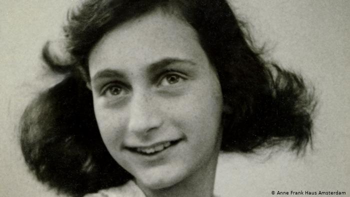 Imagem de Anne Frank sorrindo. Em Haus Amsterdam