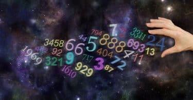 Mão feminina em meio a números em cenário de galáxia.