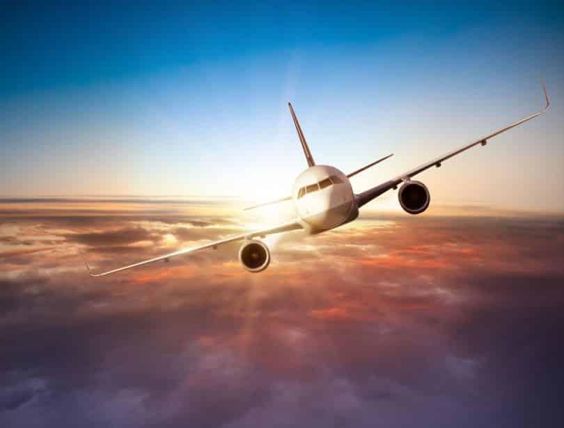 Avião acima das nuvens.