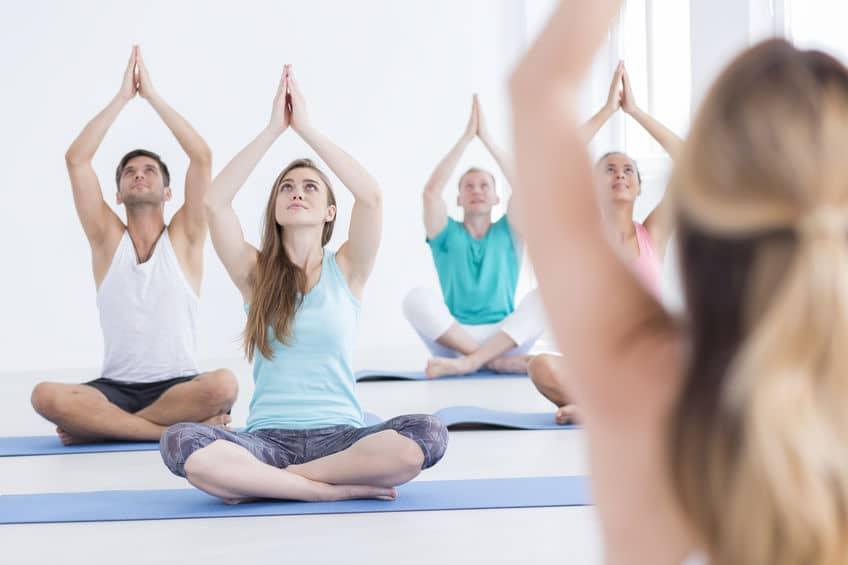 Turma de pessoas fazendo Yoga.