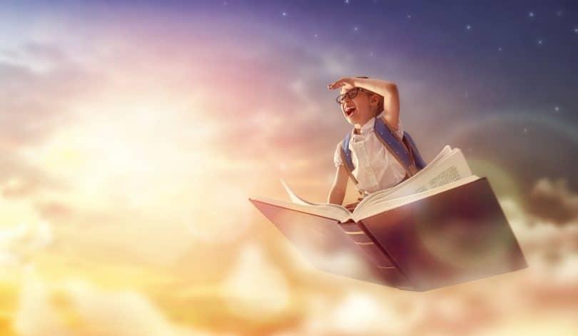 Criança voando no livro