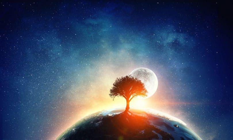 Ilustração de uma árvore gigante no planeta Terra, atrás da qual a lua se esconde