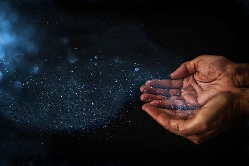 Mão emanado luz.