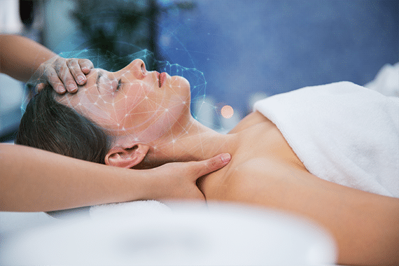Mulher deitada relaxando recebendo energia das mãos de outra pessoa