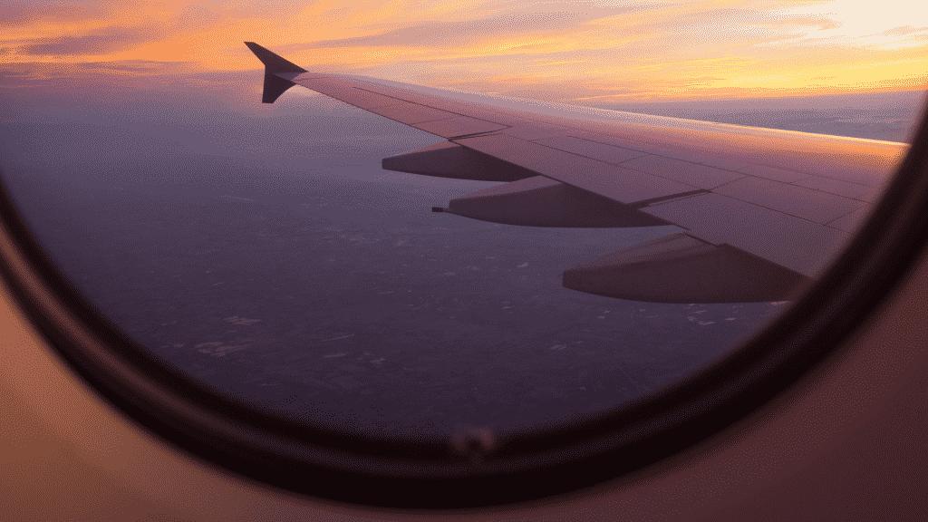 Imagem da asa de avião vista pela janela