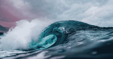 Imagem de uma onda quebrando no mar