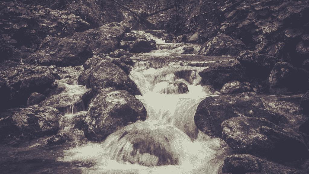 Água na correnteza caindo nas pedras