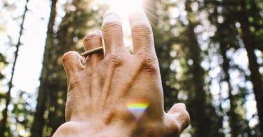 Mão levantada ao céu.