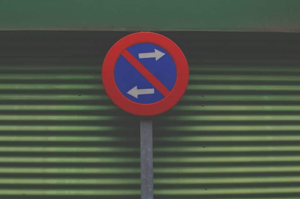 Placa proibindo ir à direita ou à esquerda.