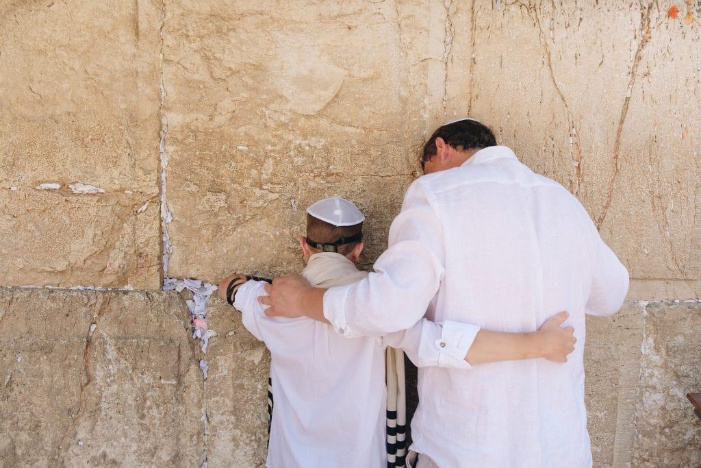 Dois homens em pé ao lado da parede