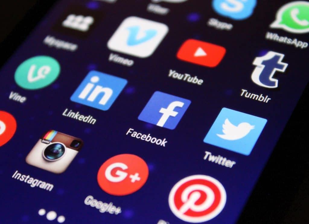 Tela de celular com ícones de redes sociais