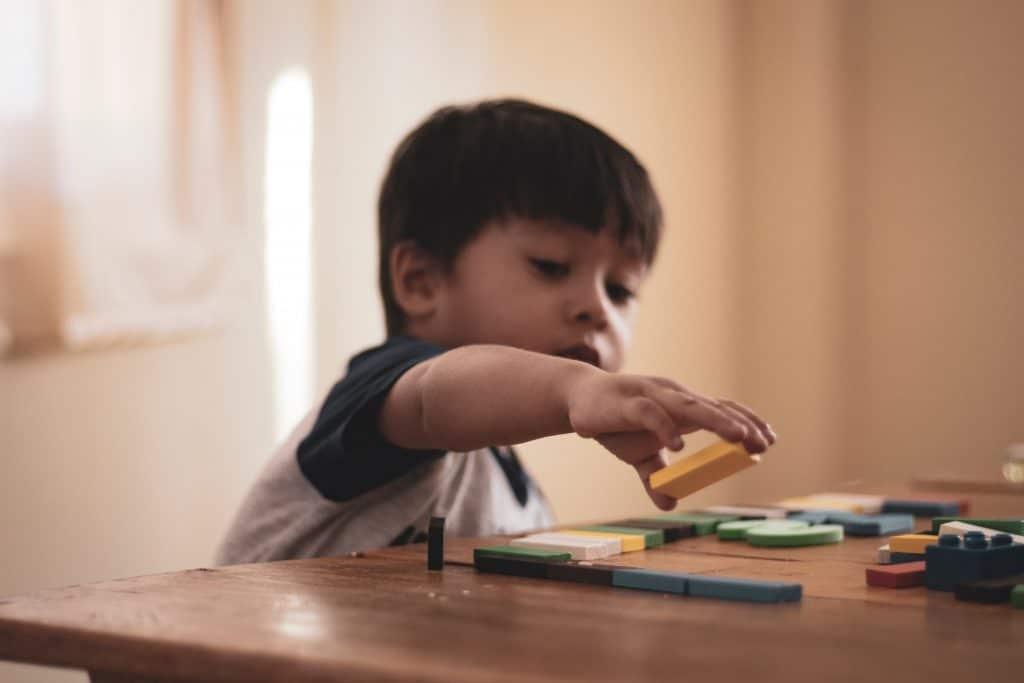 Bebê brincando com objetos coloridos