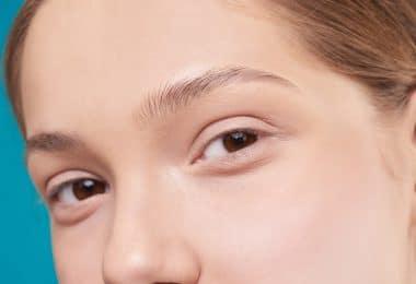 Imagem ampliada do rosto de uma mulher cuja pele é limpa e sem imperfeições.
